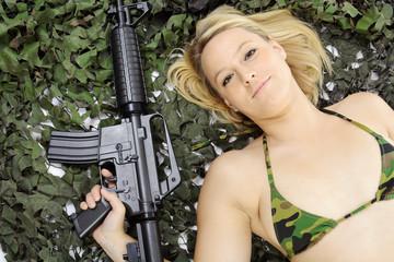 Weiblicher Soldat trägt BH mit Tarnflecken