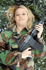 Weiblicher Soldat in Tarnkleidung mit Gewehr