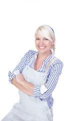 Junge Geschäftsfrau mit verschränkten Armen lächelt