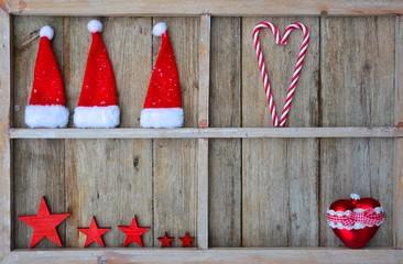 Fensterrahmen mit Weihnachtsdeko