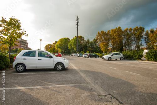 Leinwanddruck Bild Posteggio auto, parcheggio pubblico, automobili parcheggiate
