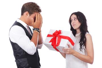 Glückliches Paar mit Geschenk - Überraschung