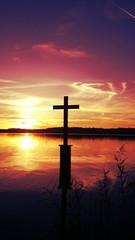 Sonnenuntergang Kreuz im see