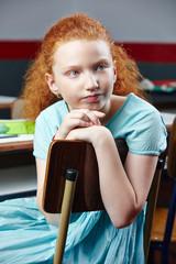 Gelangweiltes Kind im Unterricht