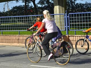Familia en bicicleta