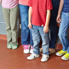 Viele Kinder stehen zusammen in Gruppe