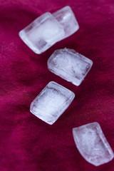 Eiswürfel auf rotem Stoff