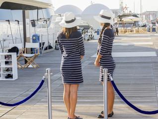 Hostess in attesa d'imbarco su uno yacht