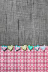 Holz Hintergrund mit Herzen als Glückwunschkarte: Taufe, Geburt