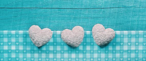 Drei weiße Herzen als Holz Hintergrund als Grußkarte