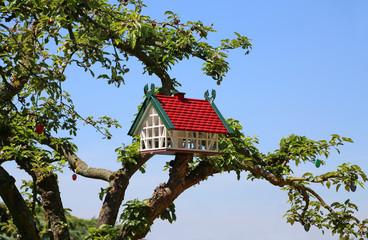 Vogelhaus an Apfelbaum