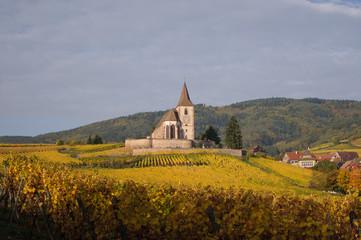 Eglise fortifiée dans les vignes en Automne sous l'orage