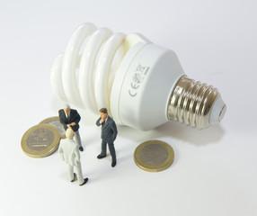 3 hommes discutant d'économie d'énergie