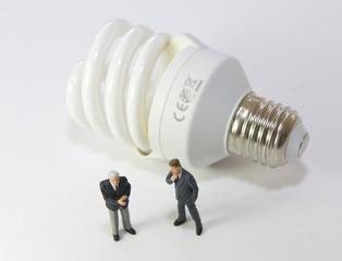 2 hommes discutant d'économie d'énergie