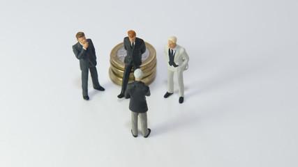 4 hommes discutant de finances : déception