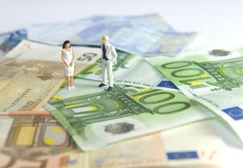 Couple au milieu de billets en euros