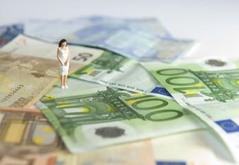 Femme au milieu billets en euros