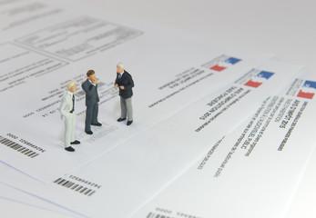 3 hommes discucant des impôts