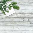 Weihnachten, Tannenzweig vor Holzwand, Hintergrund