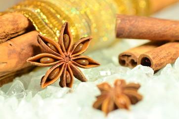 bożonarodzeniowe artykuły, laski cynamonu, gwiazdki anyżu