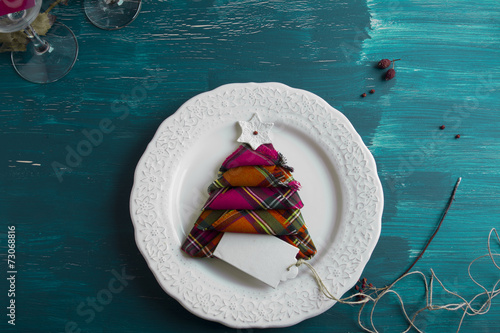 Papiers peints Table preparee Christmas Dinner rustic, white plate, napkin red boxes