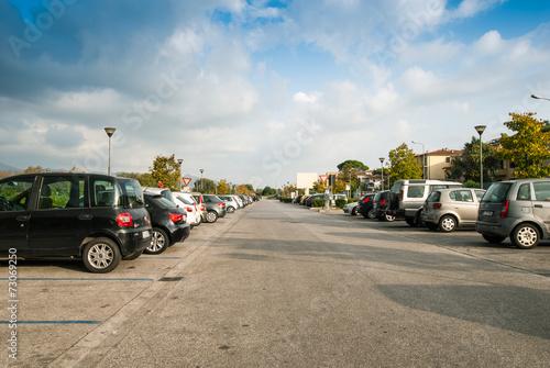 Posteggio auto, parcheggio pubblico, automobili parcheggiate