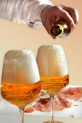 bicchieri di birra e spuntino con prosciutto