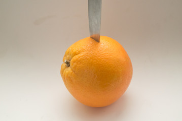 апельсин и нож