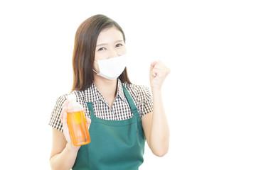 風邪薬を持つ笑顔の女性