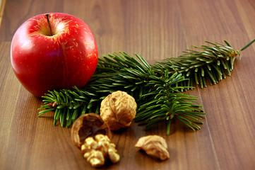 Apfel und Walnüsse