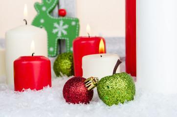 weihnachtskerzen mit christbaumschmuck