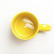 canvas print picture - Leerer gelber Kaffee Becher auf weissem Hintergrund