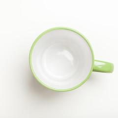 Leerer grüner Kaffee Becher auf weissem Hintergrund