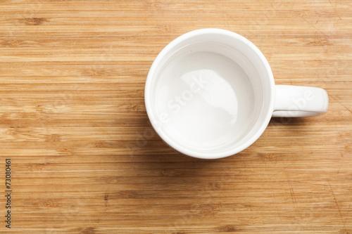 canvas print picture Leerer weisser Kaffee Becher auf Holz Tisch