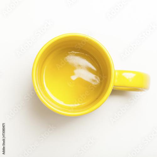 canvas print picture Leerer gelber Kaffee Becher auf weissem Hintergrund