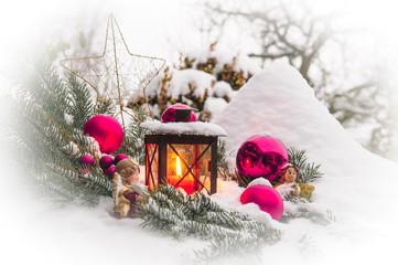Weihnachtliche Szene im Garten