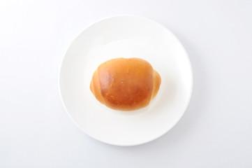 お皿にのせた ロールパン バターロール 白背景