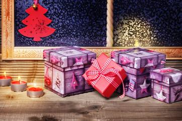 Weihnachtsgeschenke und Kerzenschein