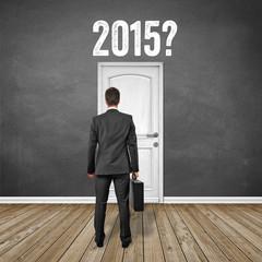 Mann steht vor der Tür mit 2015