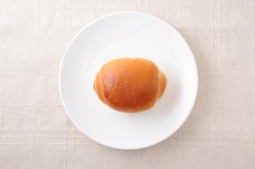 お皿にのせた ロールパン バターロール テーブルクロス