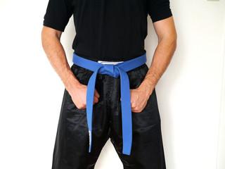 Kampfsport Kämpfer blauer Gürtel eng