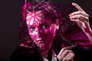 Hübsche junge Frau posiert mit lila Muster Schablone