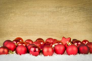rote weihnachtskugeln mit holzhintergrund
