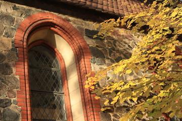 Fenster der Britzer Dorfkirche in Berlin-Neukölln