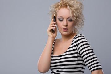 Junge Frau telefoniert mit Partner