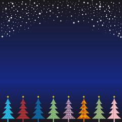 Bunte Weihnachtsbäume vor Nacht Hinterrgrund