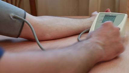 измерение медицинского давления на руке