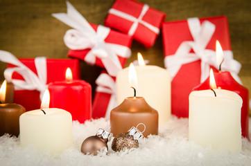 adventskerzen mit weihnachtspräsente