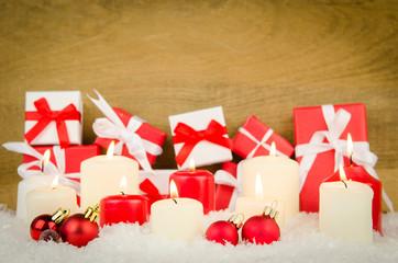 viele weihnachtsgeschenke mit kerzenschein