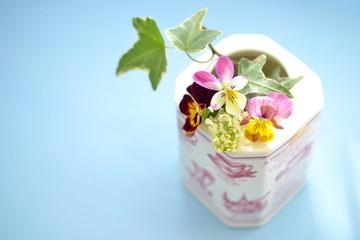 紅茶缶に花